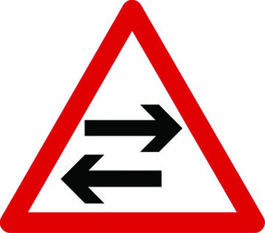 Two-way traffic (horizontal arrows) triangle sign